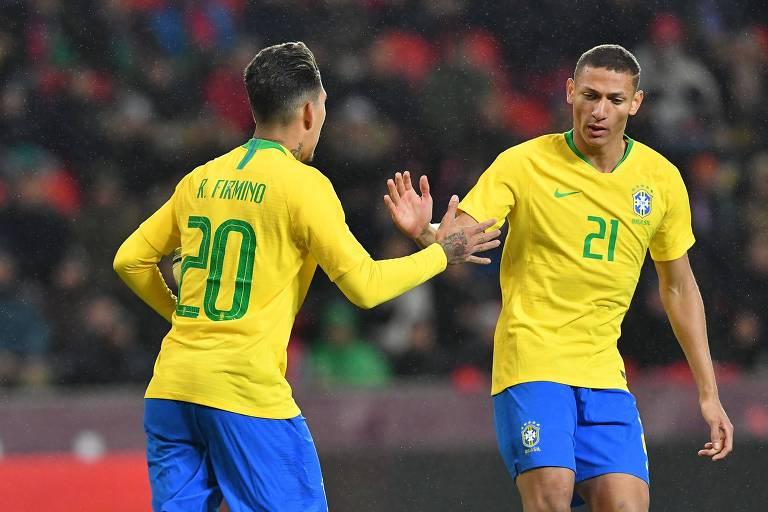 Richarlison comemora com Firmino um dos gols da seleção brasileira sobre a República Tcheca