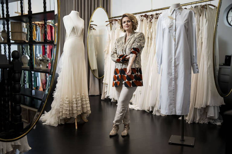 Emannuelle Junqueira cria vestidos para noivas que buscam autenticidade
