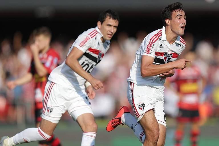 Pablo (esq.) e Igor Gomes comemoram gol marcado pelo São Paulo durante jogo contra o Ituano