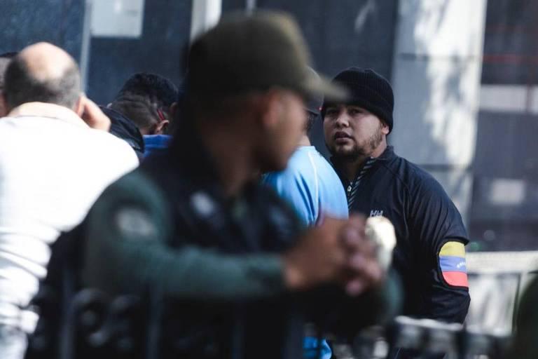 Forças de segurança e coletivos cercam prédio da Assembleia Nacional, em Caracas