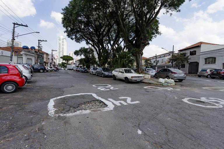 buracos em asfalto pintados de branco e numerados
