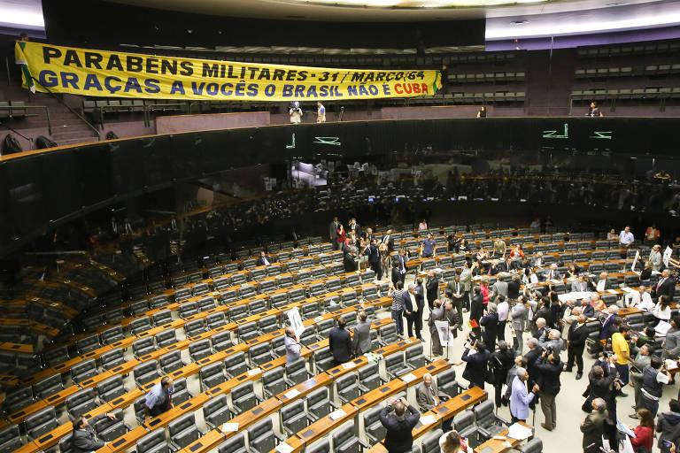 Assessores do então deputado federal Jair Bolsonaro estendem no plenário da Câmara faixa parabenizando militares pelo golpe de 1964, na efeméride dos 50 anos, em 2014
