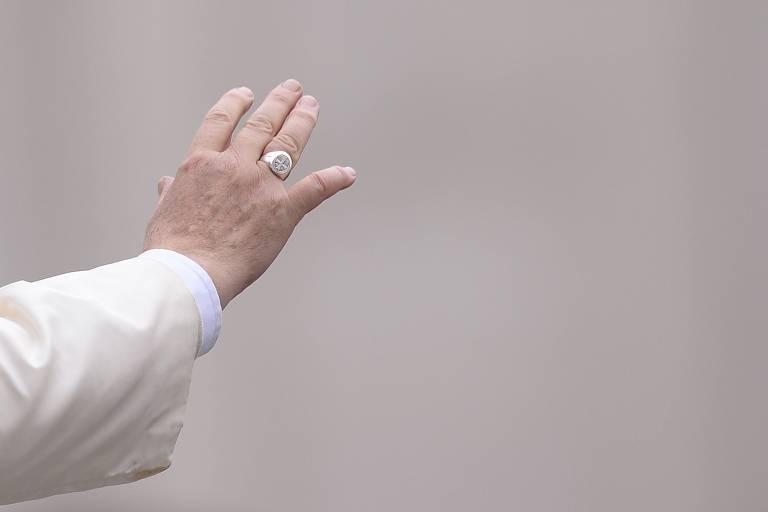 Papa Francisco acena a fiéis na Praça de São Pedro, no Vaticano, em 2014