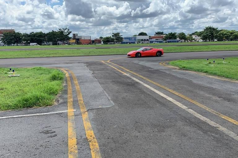Aeroporto no interior de SP vira pista de corrida de carros