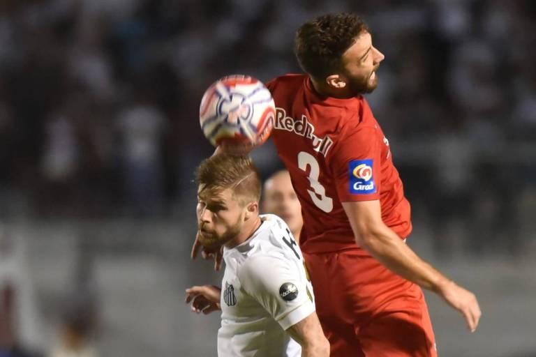 O santista Eduardo Sasha disputa jogada aérea com Léo Ortiz, do Red Bull, no empate sem gols em Campinas