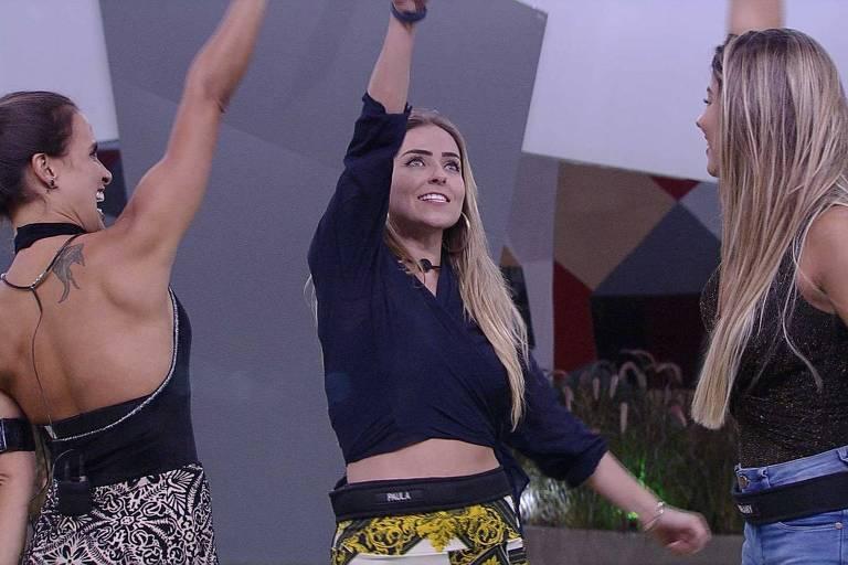Paula e Carolina comemoram permanência na casa ao lado de Hariany; Elana foi eliminada com 51,09% dos votos