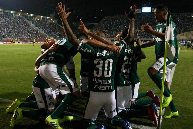 O jogador Felipe Melo, da SE Palmeiras, comemora seu gol contra a equipe do G Novorizontino, durante partida valida pelas quartas de final (volta), do Campeonato Paulista, Série A1, no Estádio do Pacaembu.