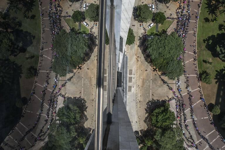 Segundo o presidente do Sindicato dos Comerciários, Ricardo Patah, por volta das 7h30 já havia cerca de 15 mil pessoas na fila.