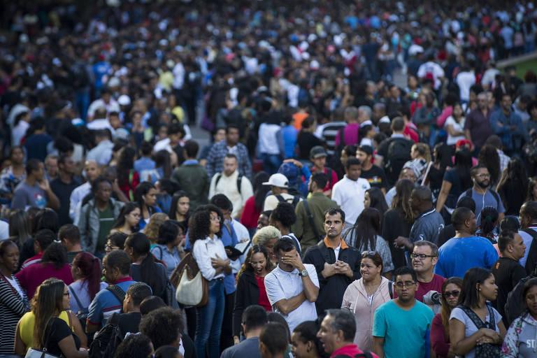 Multidão enfrenta fila no Anhangabaú em busca de emprego