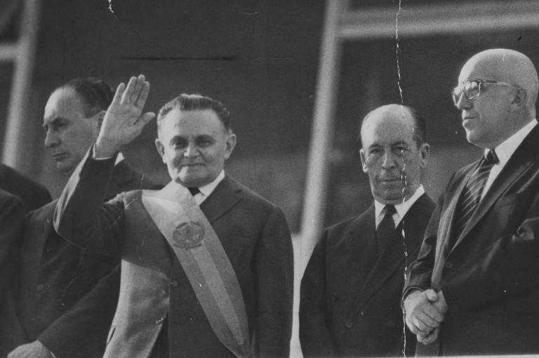 O marechal Humberto de Alencar Castello Branco é empossado presidente da República, em 15.abr.64