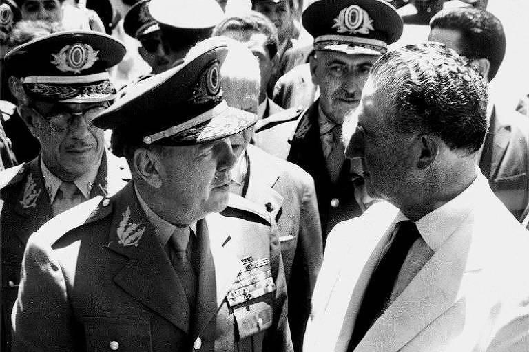 Amaury Kruel: o comandante do 2º Exército, em SP, ligou ao presidente em 31.mar pedindo que rompesse com a esquerda. Jango não aceitou, e Kruel (nesta foto de 1963 com o governador paulista Adhemar de Barros) aderiu ao golpe