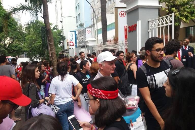 Estudantes protestam contra o golpe de 1964 em entrada da Universidade Presbiteriana Mackenzie, em São Paulo, que receberia a visita do presidente Jair Bolsonaro