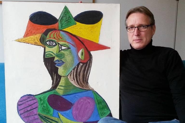 """O detetive holandês Arthur Brand posa com a pintura """"Buste de Femme (Dora Maar)"""" em sua casa, em Amsterdã, nos Países Baixos"""
