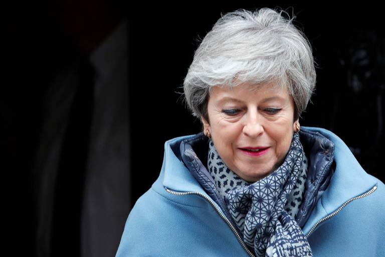 A primeira-ministra britânica Theresa May deixa a residência oficial nesta quarta (27)