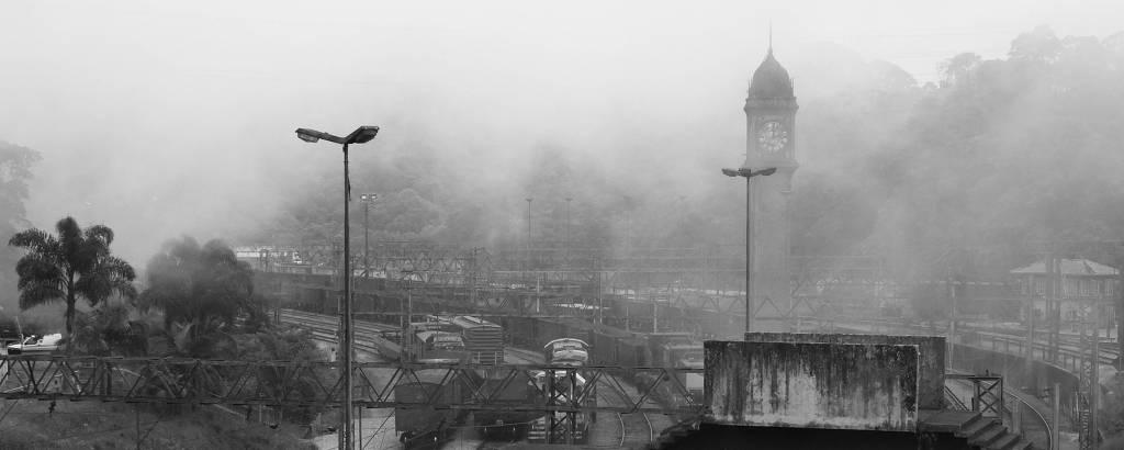 Estação de trem com névoa