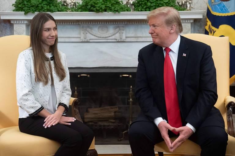 Fabiana e Trump estão sentadas em poltronas e sorriem