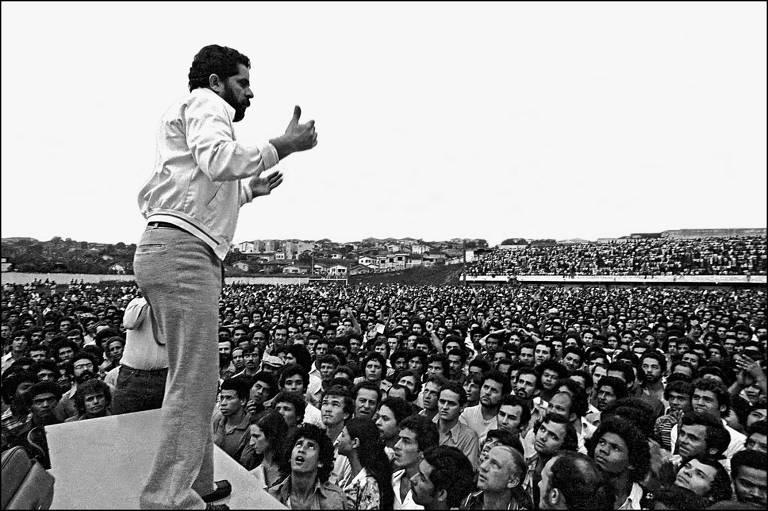 Luis Inácio Lula da Silva dirige assembléia de metalurgicos do ABC, Estádio de Vila Euclides, em 1979