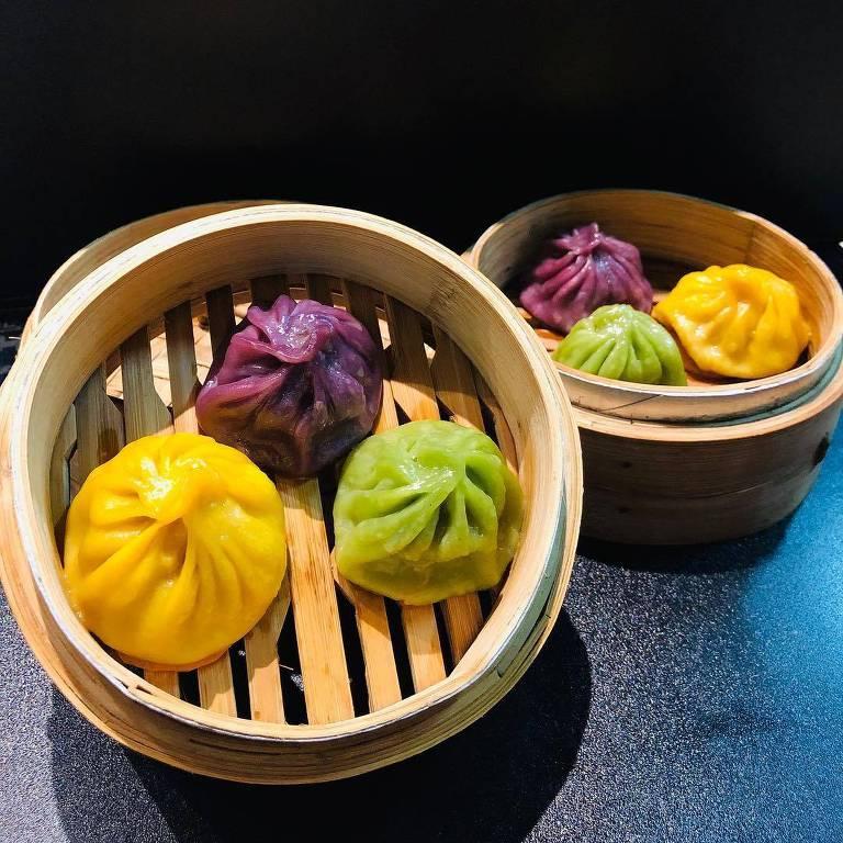 Os Xiao Long Bao, bolinhos feitos no vapor e coloridos naturalmente que têm recheio caldoso