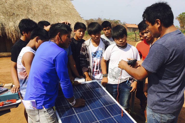 Instalação de placa durante atividade do curso de energia solar na Aldeia Piyulaga, dos Waurá