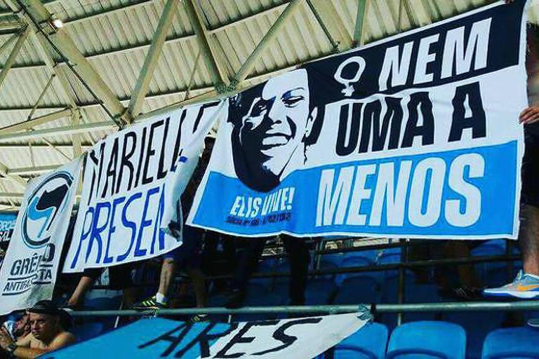 Torcida do Grêmio levou faixa escrito 'Marielle presente' ao clássico contra o Internacional