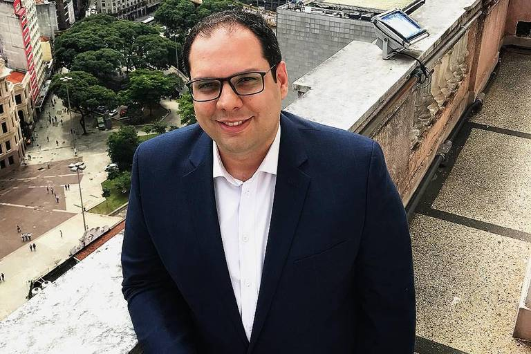 Aloisio Barbosa Pinheiro, secretário de habitação de São Paulo, no edifício Martinelli