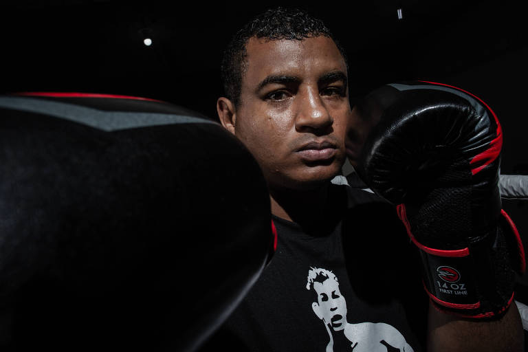 Retrato do boxeador campeão dos Jogos Olímpicos da Juventude de 2010, David Lourenço (27), promessa de medalha para Londres 2012, Rio 2016 e Japão 2020, que ao invés de vencer no esporte foi parar em centro de reabilitação para alcoólatras, e agora tenta dar a volta por cima passando a boxe profissional.
