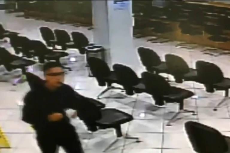 homem caminha por sala de recepção