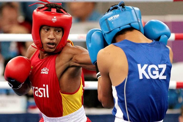 David Lourenço (de vermelho) enfrenta o uzbqeue Islomzhon Dalibaev durante torneio dos Jogos Olímpicos da Juventude, em 2010