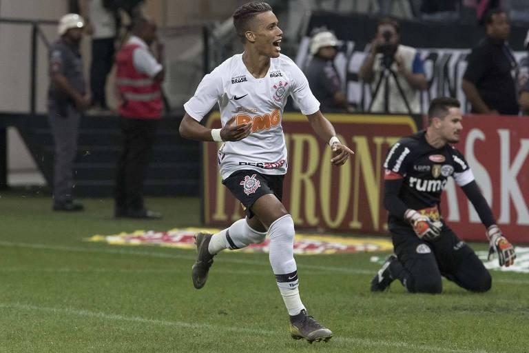 O atacante Pedrinho vibra após marcar o gol de pênalti que deu a vaga  nas semifinais ao Corinthians