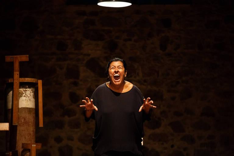 mulher de preto no palco