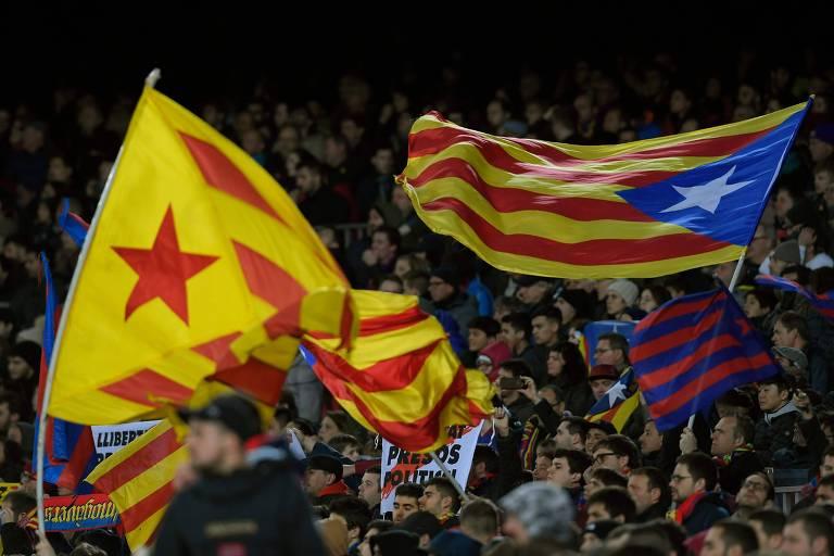 Torcedores do Barcelona exibem bandeiras da Catalunha durante jogo do Espanhol, contra o Valencia