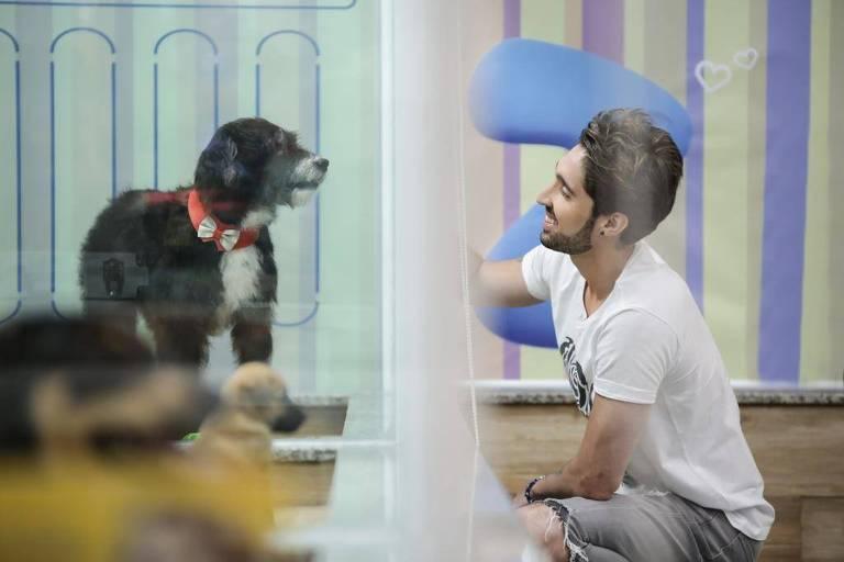 O sertanejo Alex Fava brinca com cachorro, que é estrela do clipe