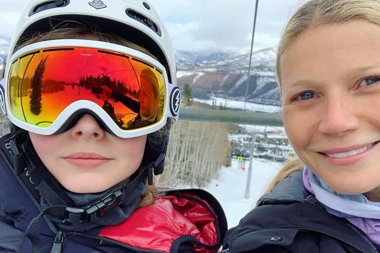 Gwyneth Paltrow em selfie com a filha de 14 anos, Apple Martin, em uma estação de esqui