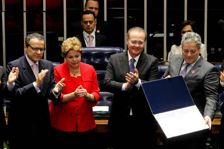 A então presidente Dilma Rousseff com os presidentes da Câmara, Henrique Alves, e do Senado, Renan Calheiros, e o filho de Jango, João Vicente Goulart, na sessão do Congresso que anulou a declaração de vacância da Presidência em 1964
