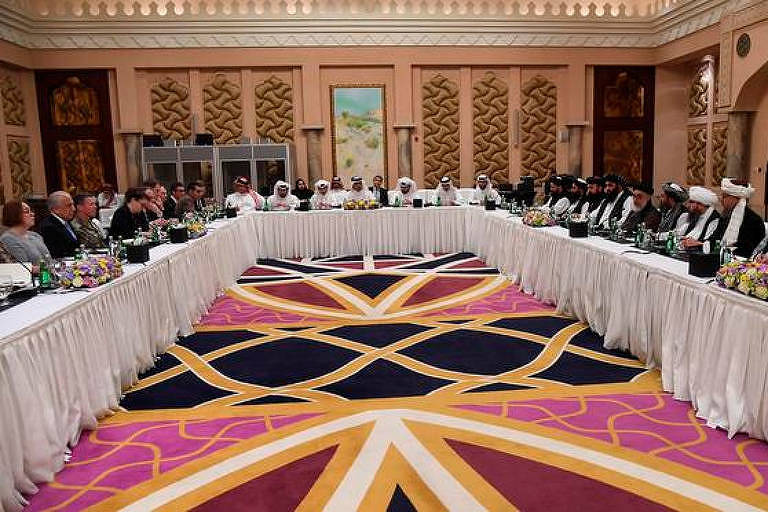 Mesa de negociações entre talebans e americanos no Qatar
