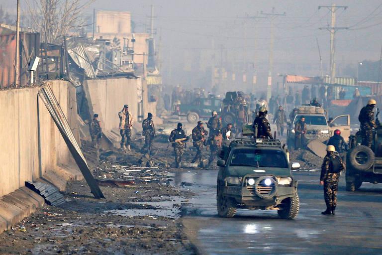 Forças de segurança afegãs analisam local de explosão de um carro-bomba em Cabul