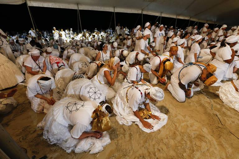 Adeptos da Umbanda festejam a Iemanjá, em Praia Grande, litoral sul de São Paulo