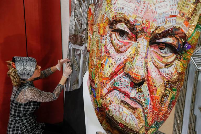 A artista ucraniana Dariya Marchenko faz retrato do presidente Petro Porochenko com papéis de doces e cartuchos de bala, em Kiev