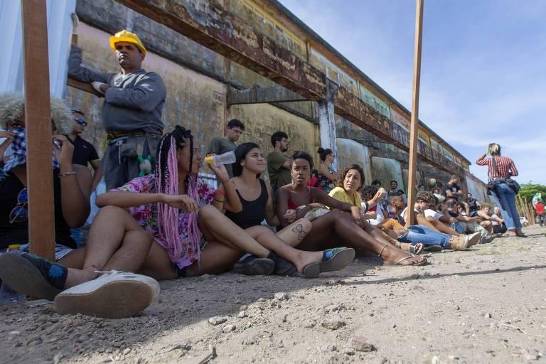 Ativistas do movimento Ocupe Estelita protestam em frente aos armazéns no cais José Estelita, na zona sul do Recife, que  começaram a ser demolidos depois da autorização da prefeitura