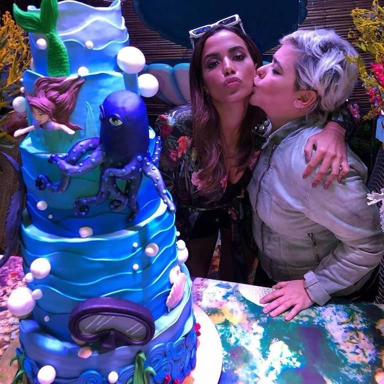 Anitta recebe beijo de Ana Elisa Salinas, responsável pela decoração do bolo do seu aniversário