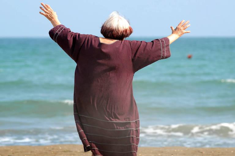 mulher de costas na praia