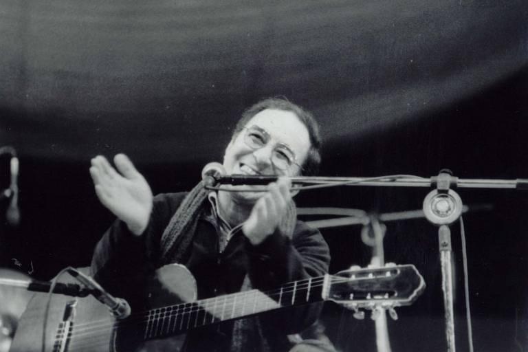 João Gilberto se apresenta em show no Festival de Águas Claras, retratado no longa 'O Barato de Iacanga', de Thiago Mattar