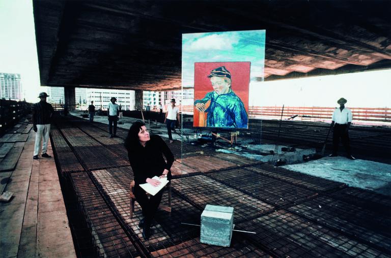 Lina Bo Bardi testa suporte de vidro para a Pinacoteca do Masp, 1967