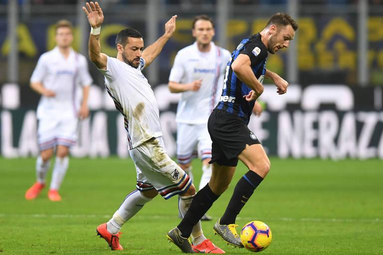 Quagliarella (esq.) briga pela bola em partida contra a Inter de Milão