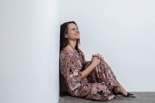 A atriz Bianca Comparato posa para foto em galeria de arte em São Paulo