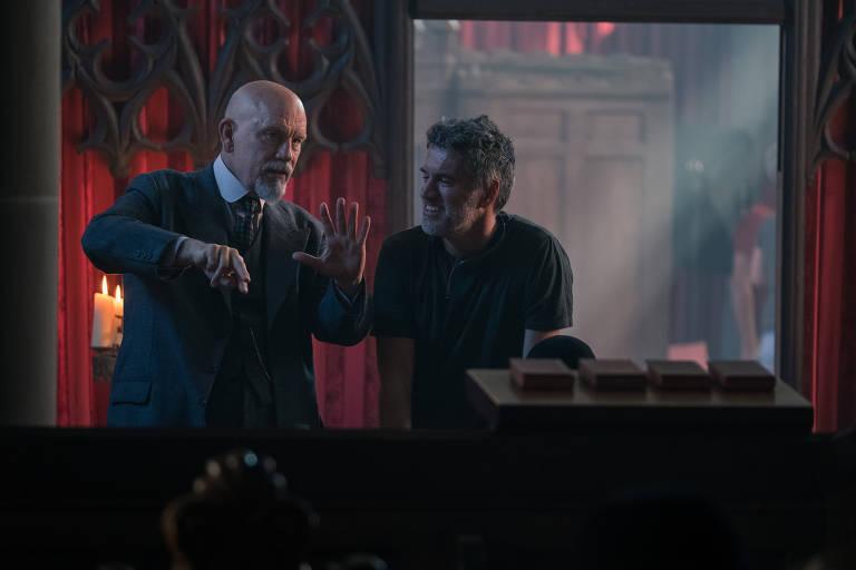 "John Malkovich e Alex Gabassi nos bastidores da série ""The ABC Murder"""