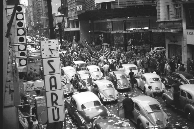 Estudantes do Mackenzie saem às ruas do centro de São Paulo para comemorar o golpe