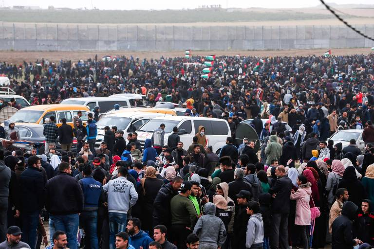 Palestinos se reúnem perto da fronteira com Israel, em Gaza, durante protesto