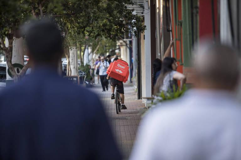Entregador, verdadeiro, do aplicativo de entregas Rappi andando de bicicleta no bairro do Itaim Bibi, zona sul de São Paulo