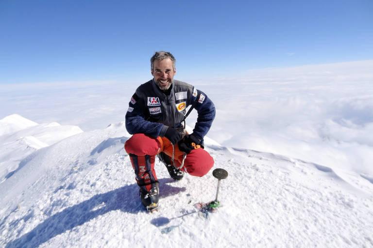 O alpinista brasileiro Rodrigo Raineri no cume do Monte McKinley